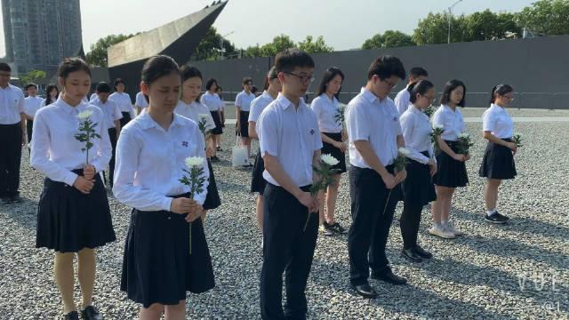 一大早,来自南京外国语学校的高三应届毕业生来到集会广场……