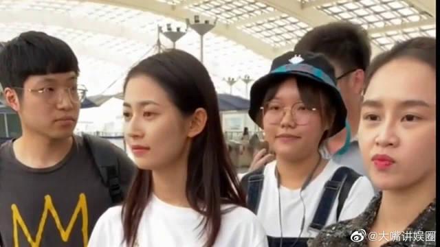 陈钰琪亮相机场,不但是素颜出镜而且面带笑容,给人一种亲和力!
