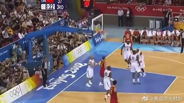 08年北京奥运会,易建联强势隔扣美国悍将,这球真长气势!