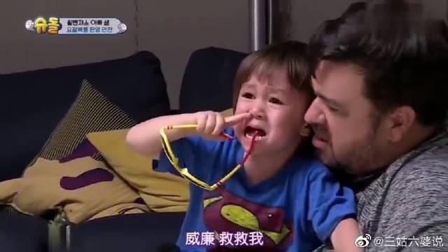 威廉被搞怪的俊昊叔叔给吓哭了,可本特利却被逗笑了!