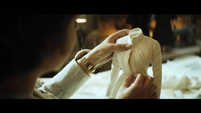 以创意视频的形式发布 将高订礼服与古希腊神话人物相结合……