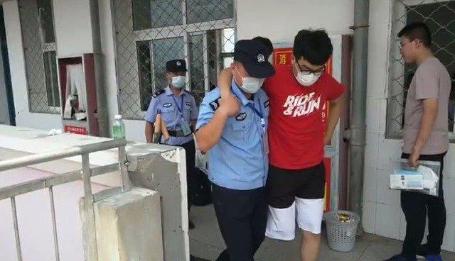 考生脚部受伤民警当拐杖护其出入考场