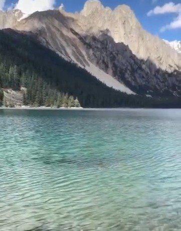 湖水清澈见底,波光粼粼,川西最隐秘的美景天堂,巴塘措普湖