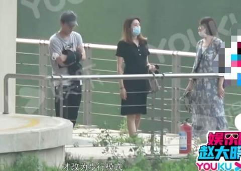 44岁靳东陪孕妇逛街,与异性始终保持安全距离,细节透露绅士风度
