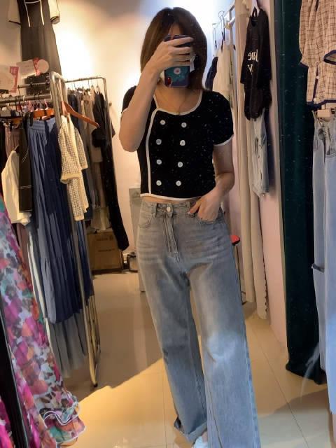 蹦着买裙子去的,结果还是买了裤子🙈 短款上衣+高腰牛仔裤……