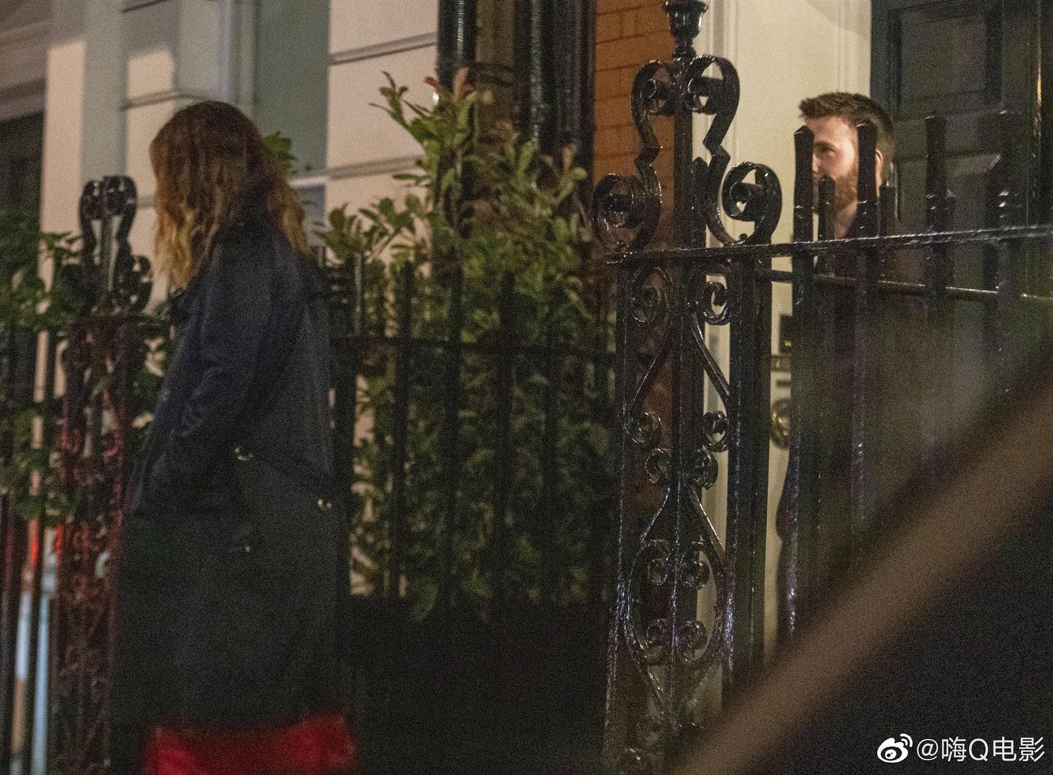 克里斯·埃文斯和莉莉·詹姆斯7月4日外出约会后返回伦敦下榻的酒店