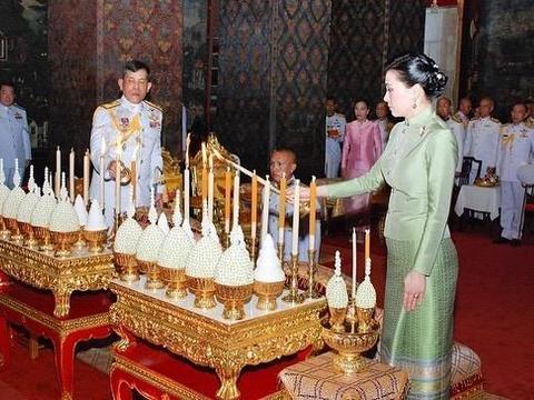 67岁泰王久违亮相,王后身姿挺拔无袖裙显发福,专家跪地接受勋章