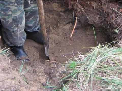 男子挖掘粪池时挖到一个破箱子,打开一看,不敢相信自己的眼睛