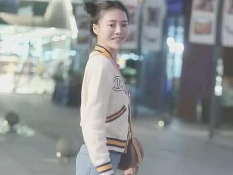 街拍:小姐姐身穿白色夹克外套搭牛仔裤,青春时尚