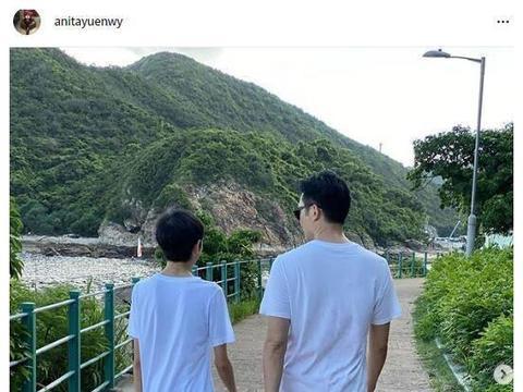 袁咏仪晒张智霖父子散步背影照,13岁魔童小腿太细成关注焦点