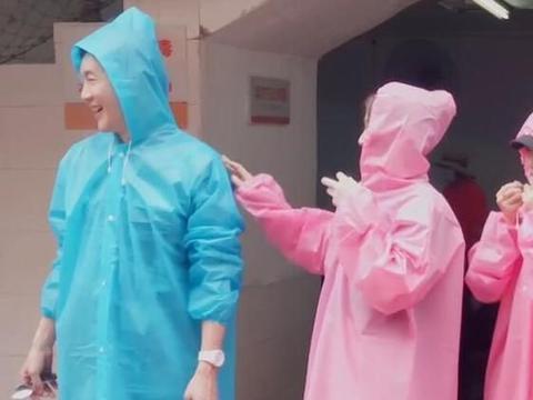 陈乔恩玩激流勇进穿雨衣,跟素人对比明显,明星待遇就是不一样