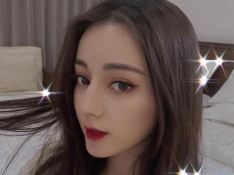 热巴一直是中分卷发,当她剪二次元刘海盖住额头,网友:惊艳了
