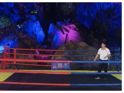 蔡徐坤李晨PK撕名牌,摄像头扫过二人手臂举动,台本有无很显然