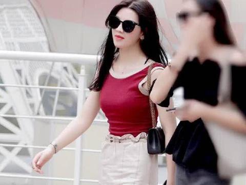 街拍:小姐姐身穿红色T恤搭白色短裤,尽显白皙长腿