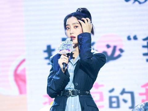 王梓薇太会穿了,条纹衬衫本就显瘦还配黑色西装,更显腰细腿长了