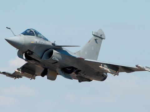 美国人狂赞中国军机:阵风战机面对歼20时,差距至少拉开几十年