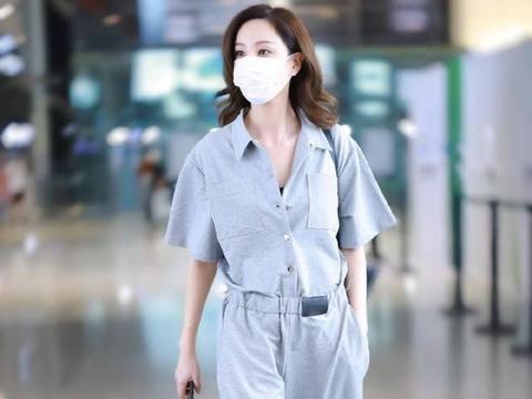 39岁郑希怡现身机场,穿连体裤休闲却不失霸气,不愧是酷帅姐姐