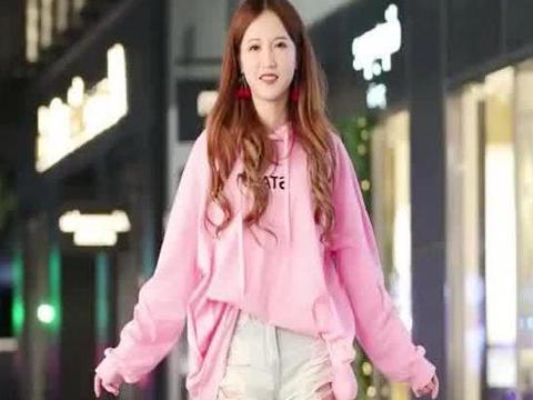 街拍:小姐姐身穿粉色上衣搭短裤,尽显青春活力