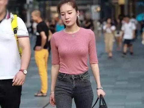 街拍高挑紧身牛仔裤紧身衣尽显身材的御姐