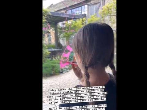 贝家小七在玻璃上作画,双麻花辫显得脸蛋好小,精致得像娃娃!