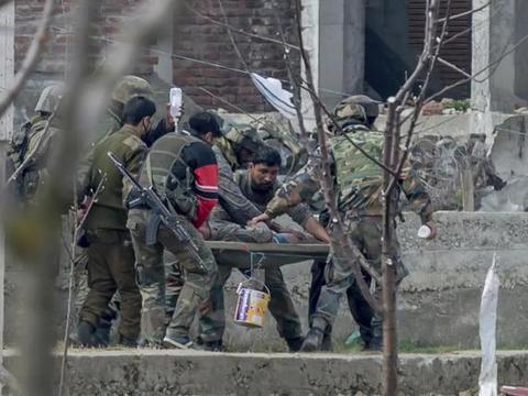 印军再遭暴揍!被对手用木棍打得头破血流,3名士兵紧急送医