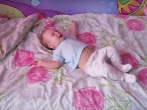 宝宝放声大哭,猫咪不耐烦跳上婴儿床做这动作,让妈妈哭笑不得