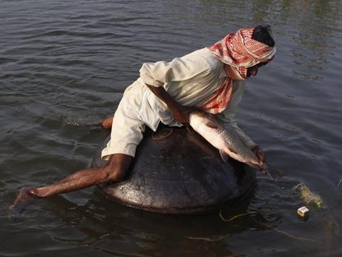 巴基斯坦人能漂浮在水面上抓鱼,只因一个神奇容器