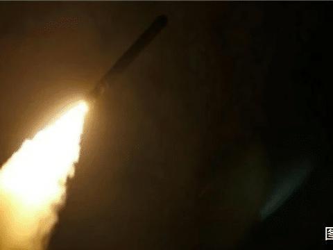 战斗在凌晨突然打响,大批火箭弹狂轰滥炸,美国大使馆外一片火海