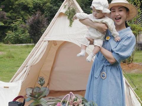 何雯娜同家人野外出游,身穿蓝色长裙画风小清新,女儿呆萌可爱
