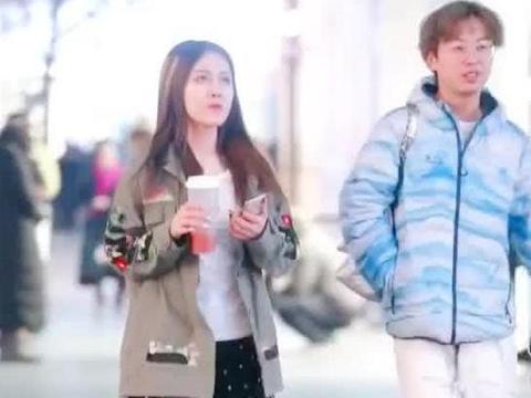 街拍:小姐姐身穿夹克外套搭短裙,俏皮可爱