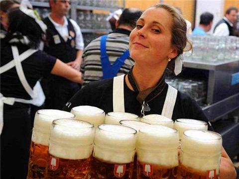 法国酒量奇人安德烈:一口气喝156罐啤酒,15年打遍摔跤界无敌手