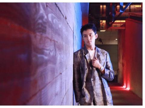 吴磊从男孩逐渐长成男人,成熟穿搭极具男人魅力,挺拔身材真吸睛