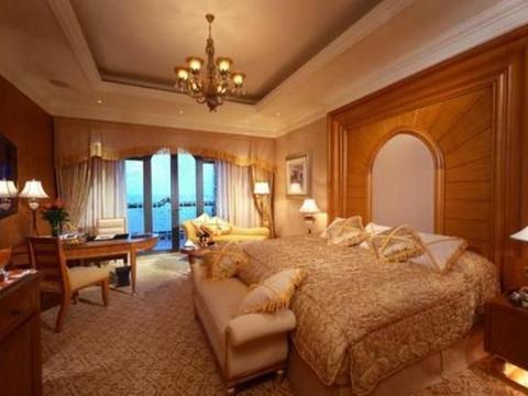 全球唯一的8星级酒店,用40吨黄金装修,一间房竟有7人服务?