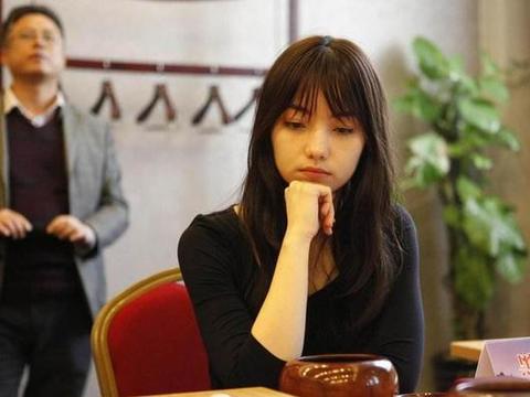 围棋女神多才多艺,风靡日本,旗袍下棋,网友:对手能认真对弈?