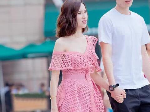 街拍:小姐姐粉色镂空半身裙,青春时尚
