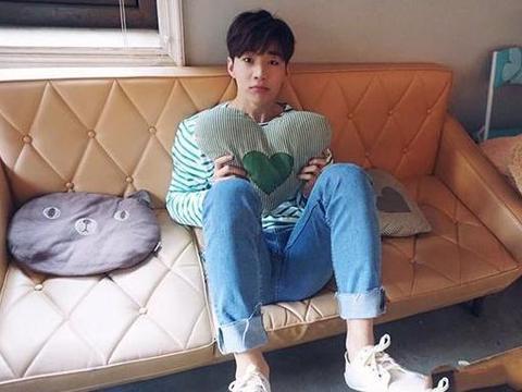 晒晒歌手刘宪华的家,客厅塑料椅配水泥地面,这装修不用五万吧?