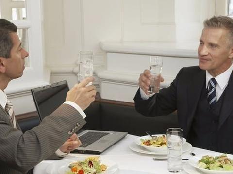 职场领导吩咐你出席饭局,别简单跟随,想好该做什么很重要