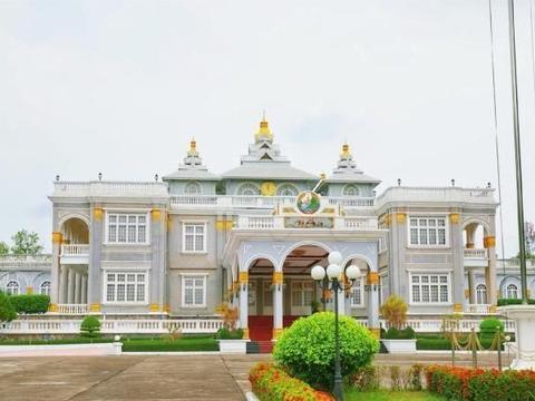 它是老挝最大的城市,却不见高楼林立,只是美得很低调
