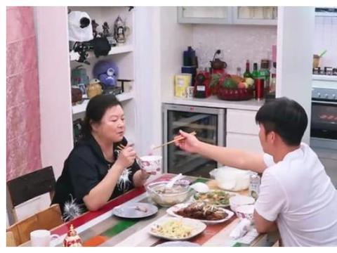 李晨跟妈妈聊跑男新成员,当听清他妈妈说了啥,网友:戳中泪点