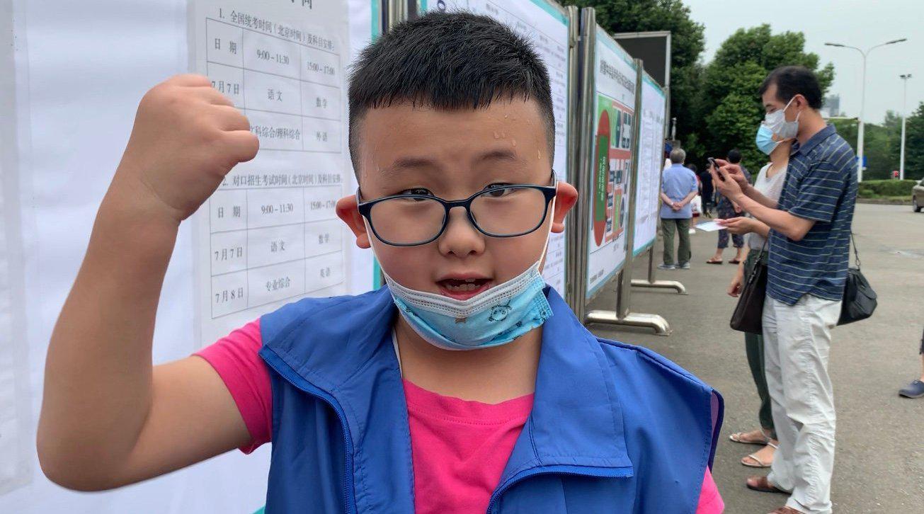 成都8岁小朋友当高考志愿者