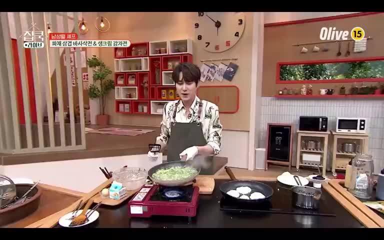 Super Junior成员曺圭贤在《宅家做饭live》里表演颠勺……