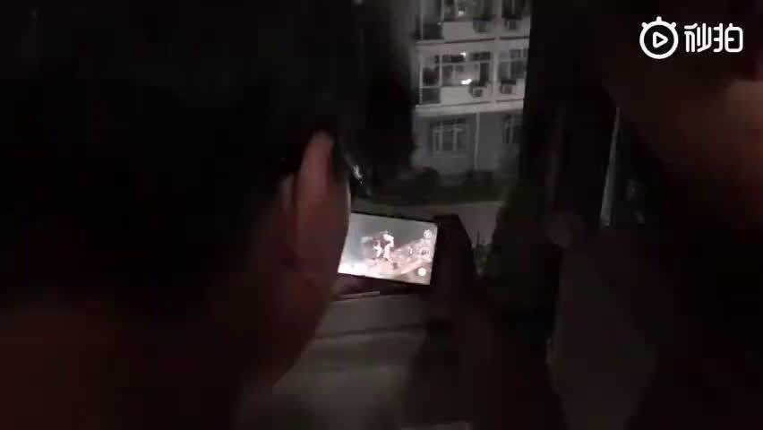 播音系男生在宿舍楼下和女朋友吵架……
