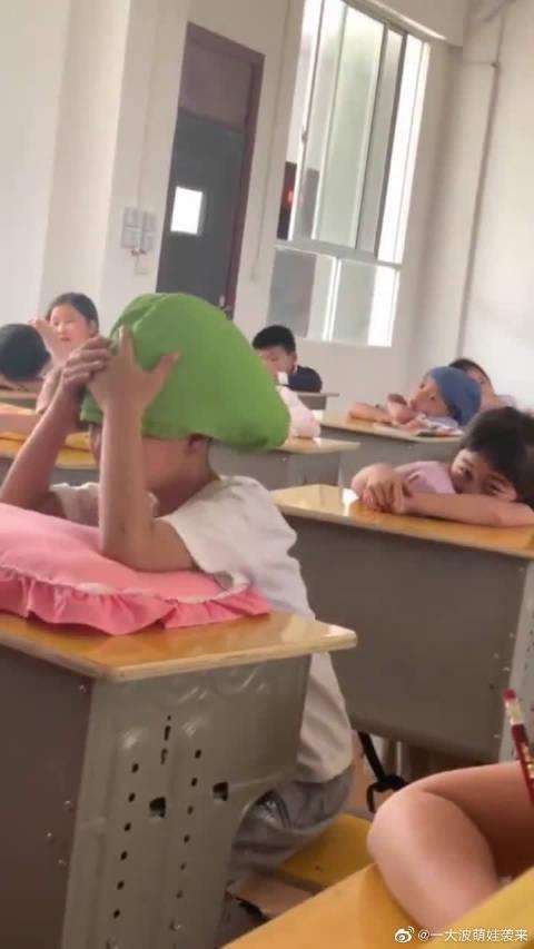 熊孩子把外套折成帽子,成为全班焦点,谁懂他的奇怪?