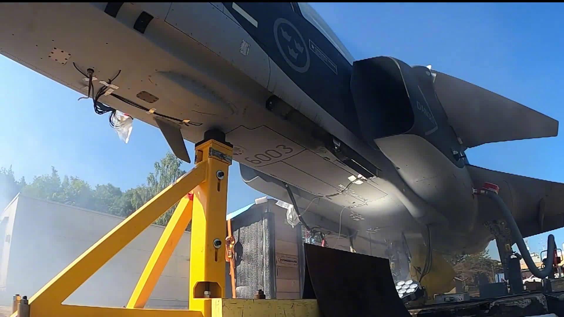 """瑞典萨博公司的""""鹰狮""""E战斗机进行毛瑟27毫米机炮地面试射……"""