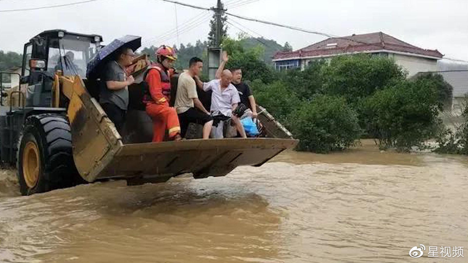 挖斗变身渡船!暴雨水位暴涨14位村民被困,大型铲车涉水救人