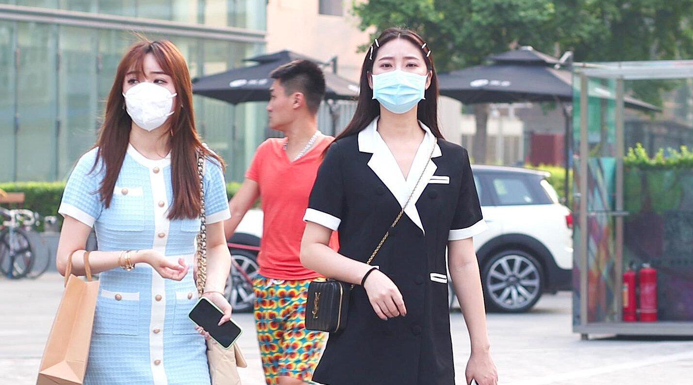 三里屯街拍,闺蜜逛街如何穿搭更出彩?选择相似的搭配协调……