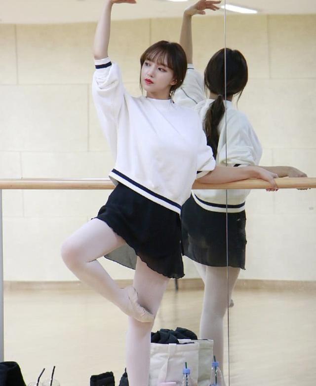 难怪微胖的程潇会受直男喜爱!看到她穿白透袜的腿型:谁不心动?