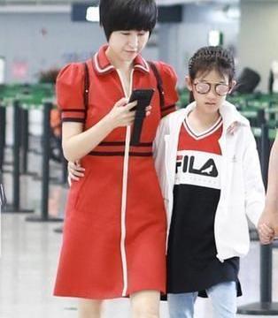 陆毅一家现身机场,鲍蕾红裙减龄,贝儿长腿抢眼