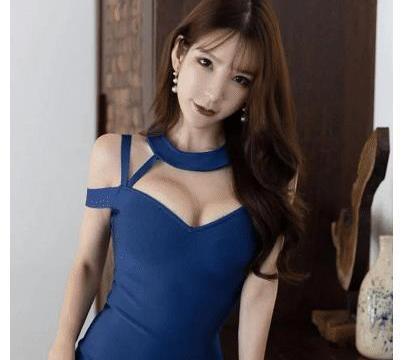 蓝色的挂脖镂空连衣裙,跟表姐是绝配呀