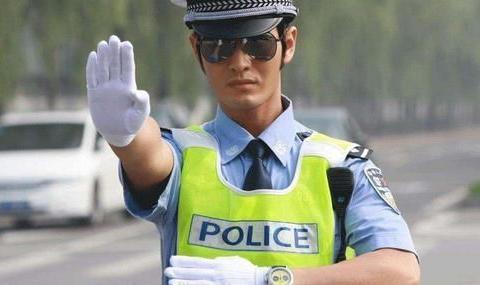 广东街头的神秘无牌车,交警看到都退避三舍:戴着乌纱帽谁敢惹